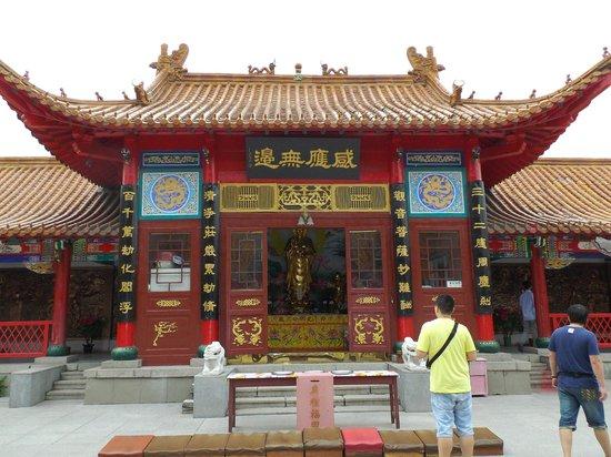 Temple of Bliss (Jile Si) : たいていは白色の仏像だが、これは金色