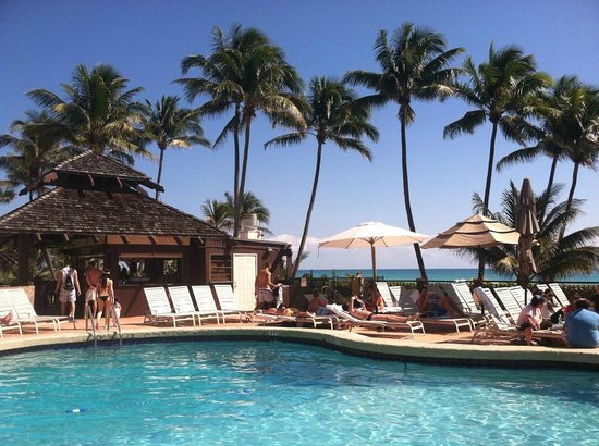 The Alexander All-Suite Oceanfront Resort: Pool area and poolside bar