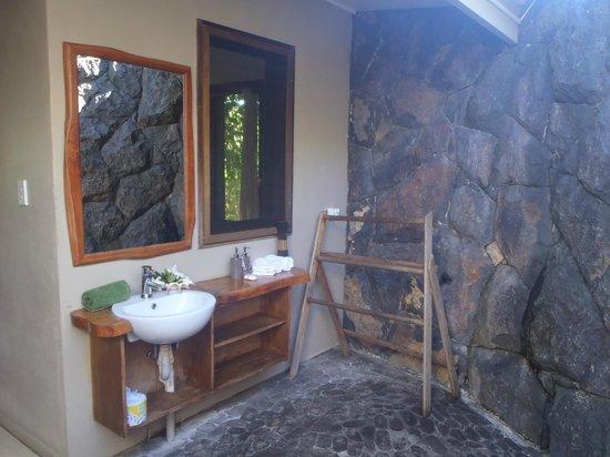 Le Manumea Hotel : Section of outdoor bathroom