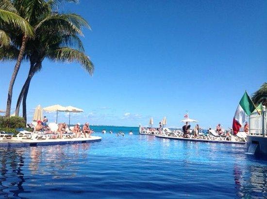 Hotel Riu Cancun: Piscina