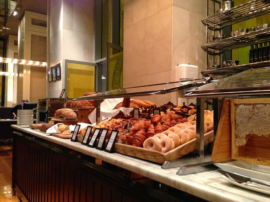 Hilton Sydney : Wide selection of bread and pastries at the Glass Brasserie