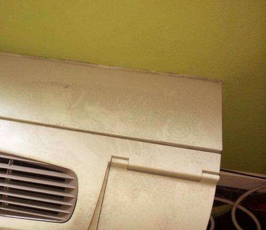 Ontario Grand Inn & Suites: Air conditioner in hallway filthy
