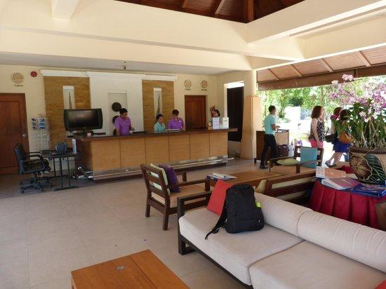 Aonang Cliff Beach Resort: Reception desk