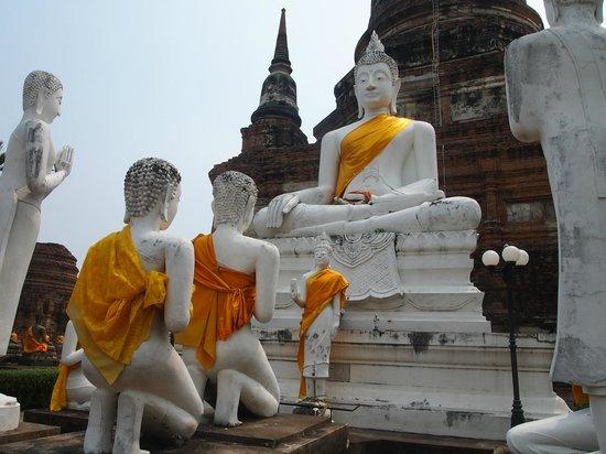 Wat Yai Chai Mang Khon : Huge statues