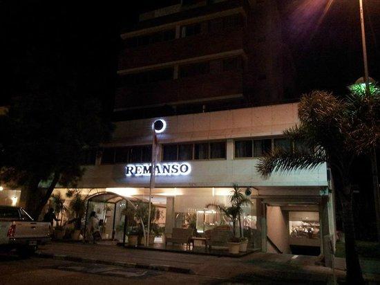 Hotel Remanso: Fachada à noite