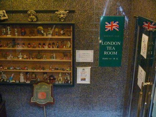 London Tea Room : 入口横