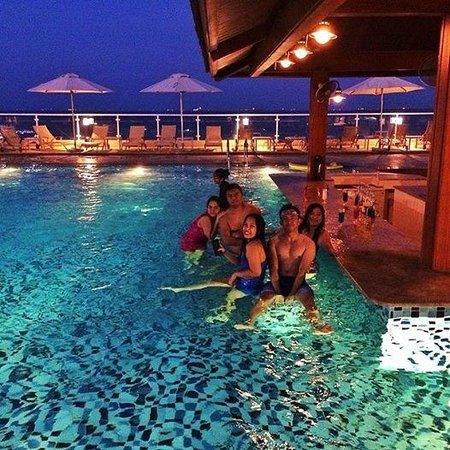 Oceanic Khorfakkan Resort & Spa: Bar by the pool