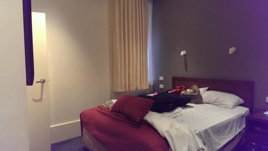 Ibis Styles Melbourne, The Victoria Hotel : Ignore the unmade bed! That is pretty much the size of the room