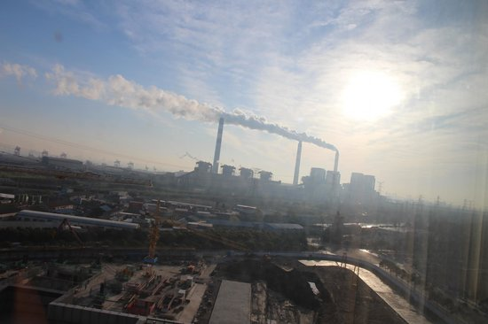 Sheraton Shanghai Waigaoqiao Hotel : The view of factories and constructions from room.