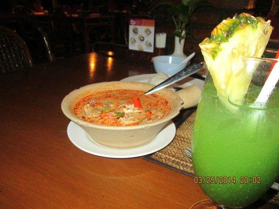 Silom Village Restaurant : Tom Yum soup and fruit drink