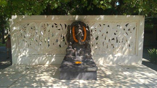 Inna Grand Bali Beach Hotel: Статую божества