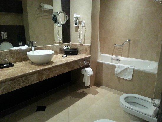 Cristal Hotel Abu Dhabi: HUGE tub