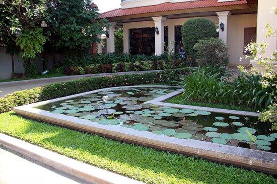 Khemara Angkor Hotel & Spa: Отельная территория - чудесные прудики