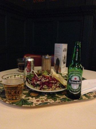 V&A  - Victoria and Albert Museum : カフェではアルコール類も用意されています。サラダは3種類から好きな分よそってくれます。とても美味しかった。
