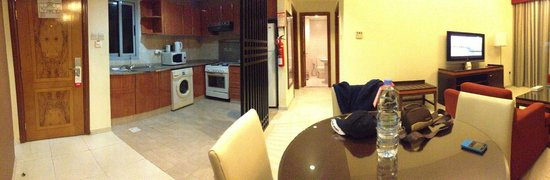 Xclusive Hotel Apartments: Living area and kitchen
