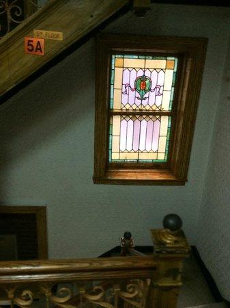 Radio City Apartments : Лестница и витражные окна в отеле
