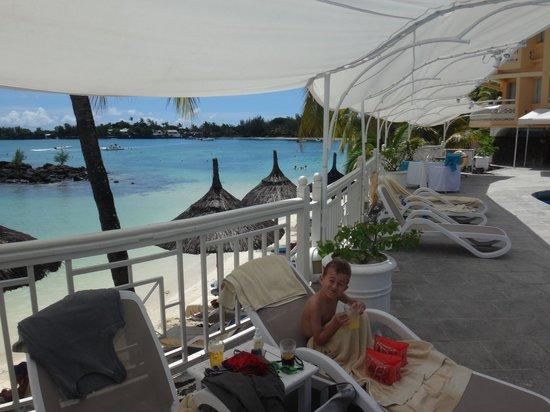 Merville Beach Hotel: la plage ( vue de la piscine