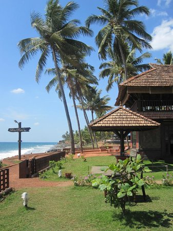 Blue Water Beach Resort: Entrance to the hotel from the beach path.