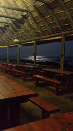 Kob Inn Beach Resort: Kob bar deck at night