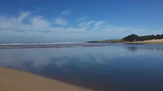 Kob Inn Beach Resort: Qora river mouth at low tide