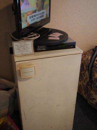Okinawa Sunplaza Hotel: 年期の入った冷蔵庫にはウェルカムさんぴん茶があった