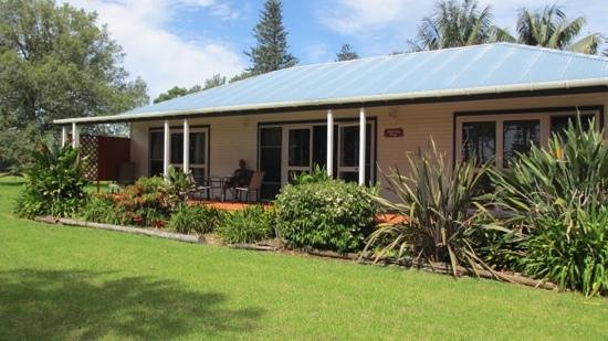 Trade Winds Country Cottages: Relaxing on the fron verandah
