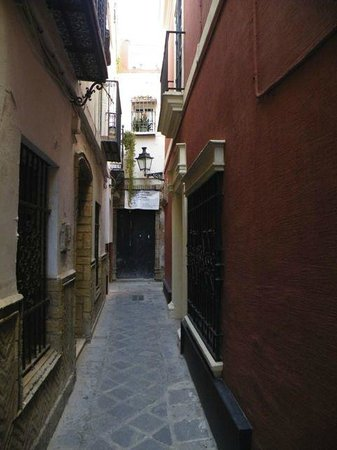 El Rey Moro Hotel Boutique Sevilla: Entrance from an alley