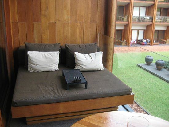 Anantara Chiang Mai Resort: Day bed outside room