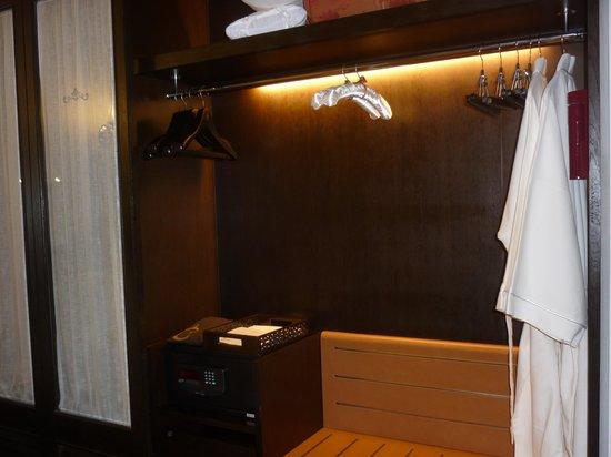 Centara Grand Beach Resort & Villas Hua Hin: Wardrobe
