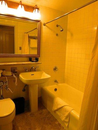 Millennium Biltmore Los Angeles : バストイレ