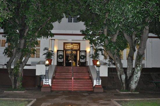 The Victoria Falls Hotel: территория отеля