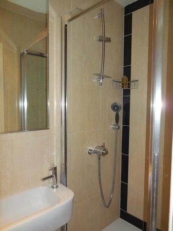 Rhodes Hotel: Shower in the bathroom.