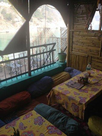 Dev Ganga Guest House: Heerlijk, relaxt gastvrij eten in het Ganga Beach restaurant
