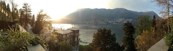 Casta Diva Resort & SPA : Vue de notre chambre  Sur le bâtiment principal et le Lac avec couche de soleil en prime