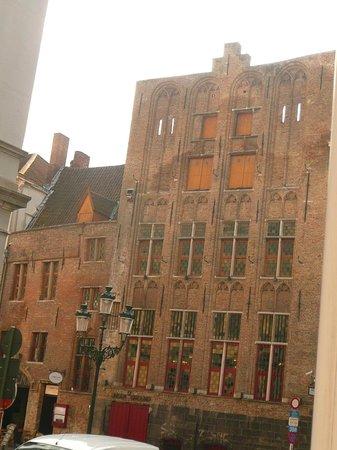 Hans Memling Hotel: jazz restaurant opposite the hotel