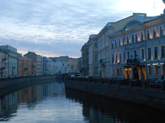 Pushka Inn Hotel : canal moika avec hotel au centre