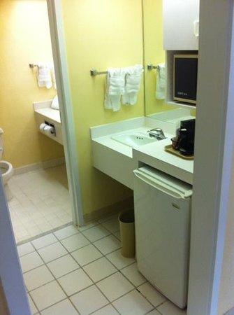 Ramada Kissimmee Gateway: Corner Room (1201)