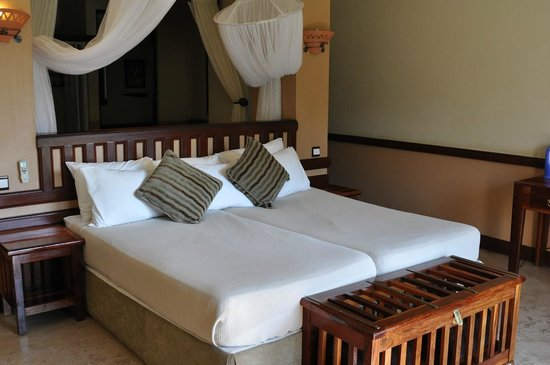 Chobe Safari Lodge: кровать