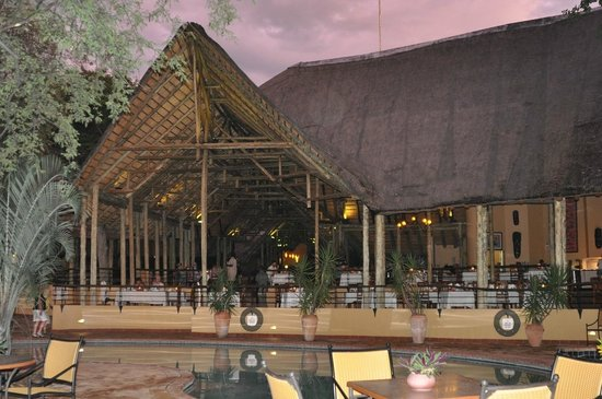 Chobe Safari Lodge: вид на ресторан