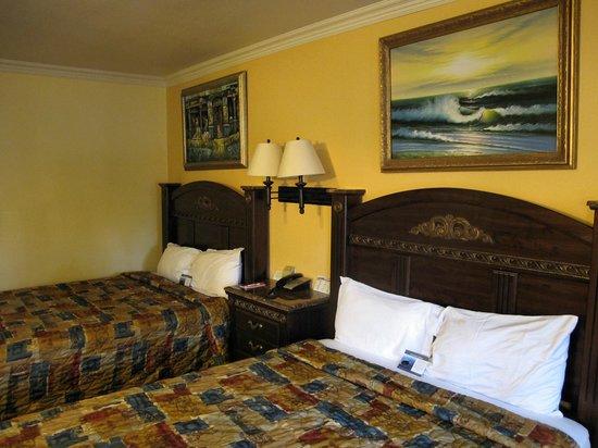 Econo Lodge Long Beach : notez les tableaux bien kitchs