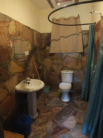 Gorilla Valley Lodge: Cramped Bathroom