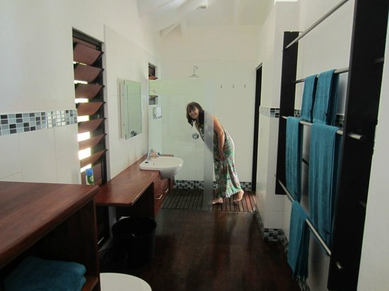 Barrier Beach Resort : Nice big bathrooms with access to our deck from the shower