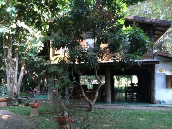 Baan Hom Samunphrai: Rooms above and dining area below