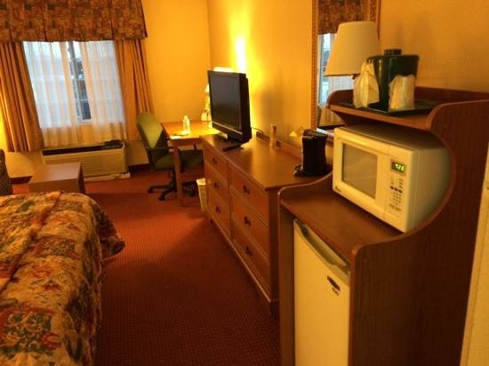 Country Inn & Suites: decent flat screen, microwave, fridge