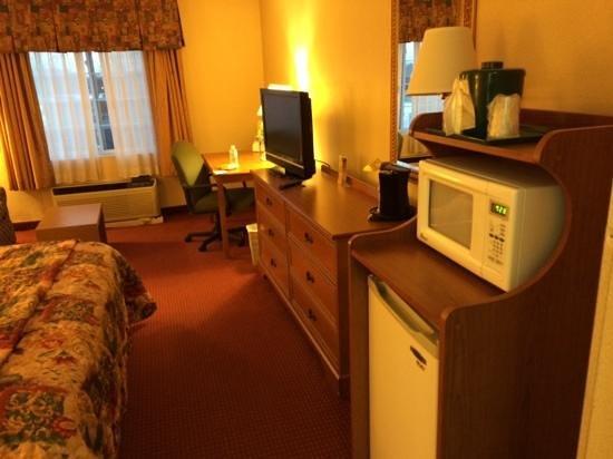 La Quinta Inn & Suites Aberdeen-APG: decent flat screen, microwave, fridge