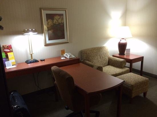 La Quinta Inn & Suites Newark - Elkton : king suite, includes a desk