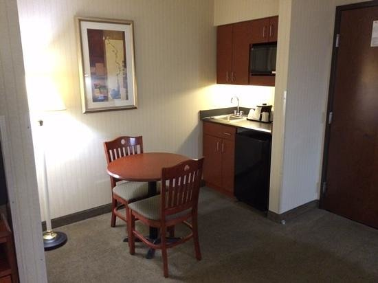 La Quinta Inn & Suites Newark - Elkton : kitchen area w/ cafe table, fridge, microwave