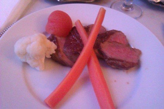 Sindal Kro & Hotel: 4. ret (lørdag): Steak med (lunken) garniture, kartofler og champignonsauce