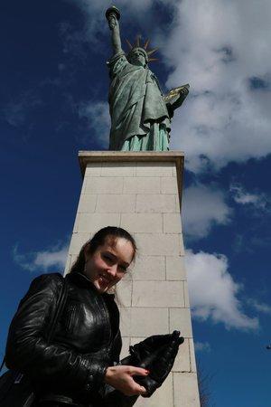 Novotel Paris Centre Tour Eiffel: Статуя свободы рядом с отелем