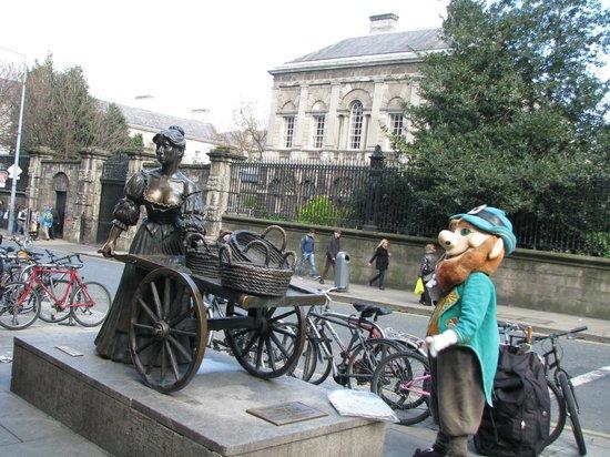Molly Malone Statue: Fun!